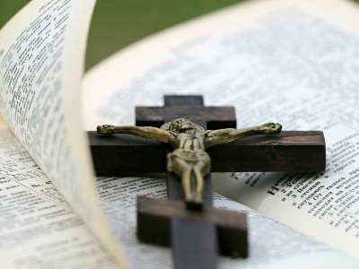 Bibel med krucifiks - Aarhus Frimenighed